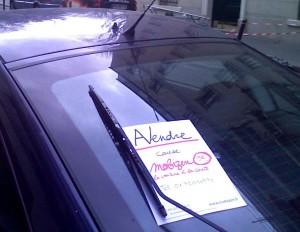 Publicité provocatrice placé sur les voitures à Paris